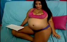 Gravid Latina viser off hendes krop på webcam