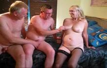 Snasvet bi bedstefædre får en bedstemor til at hjælpe dem cum
