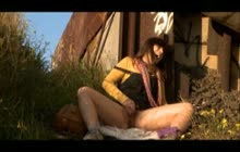 Hippie pige onanerer udendørs