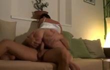 Brunette husmor får hendes første anal