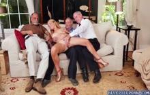 Raylin Ann sluger tre gamle haner på hendes knæ