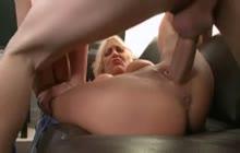 Moden blond brug for hjælp