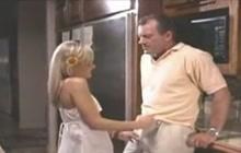 Unge blondine giver ham en hånd